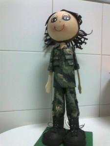 Fofucha con traje militar hecho de goma eva pintada.