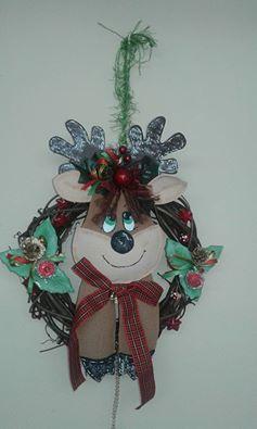 corona-navidena-con-reno-hecho-en-goma-eva-de-toalla